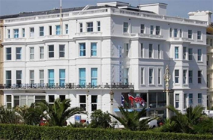 Khách sạn Big Sleep tại thành phố Cardiff nổi tiếng với những bồn tắm nước nóng khổng lồ nay thuộc sở hữu nam diễn viên Anh, John Malkovich nghỉ ngơi thư giãn tại bất cứ đâu trong 50 phòng của khách sạn.