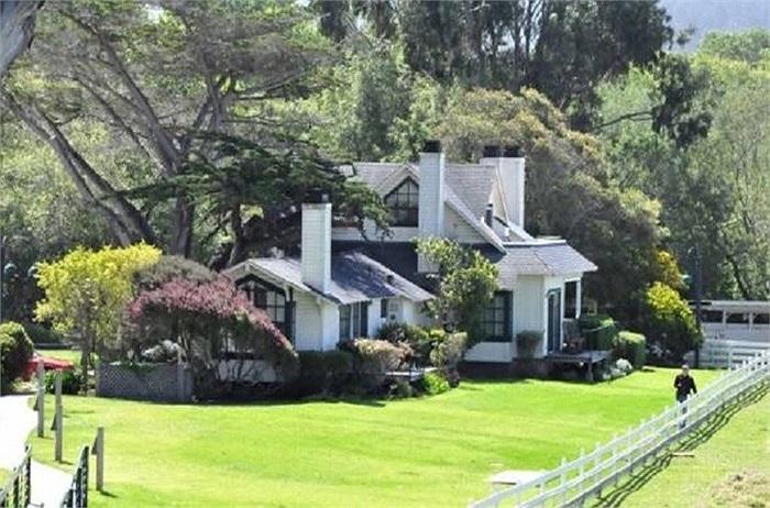 Mission Ranch của thị trưởng thành phố Carmel, Clint Eastwood lại giống như 1 trang trại rộng trên 56km vuông gồm 10 tòa nhà với 31 phòng ngủ. Clint Eastwood luôn hào phóng với bạn bè đến đây chơi và chiêu đãi những món kiểu Mỹ đặc trưng.