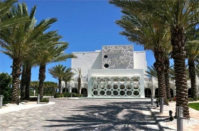 Khách sạn Costa d'Este tại bãi biển Vero phí đông Florida thuộc quyền sở hữu của Gloria Estefan. Khách sạn có 94 phòng nghỉ sang trọng, hồ bơi nước nóng và chuyên phục vụ những món ăn Cuba nổi tiếng.