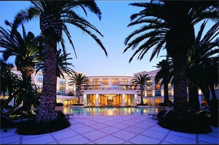 Khách sạn Palazzo Versace do bà hoàng thời trang Donatalla Versace xây dựng. Nằm trên đảo thiên đường QueenLand, Úc nhưng khách sạn Palazzo lại mang vẻ lãng mạn của nước ý hợp gu thời trang với Donatalla.