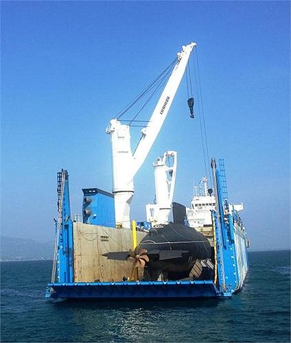 Tàu ngầm Kilo Hà Nội hiện rõ sau khi đã tháo xong các thiết bị gia cố.