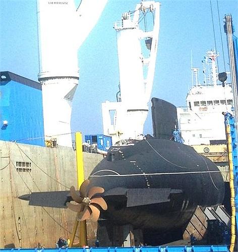 Tàu ngầm Kilo Hà Nội trông hùng dũng như cá mập đại dương trên vịnh Cam Ranh sáng 2/1.