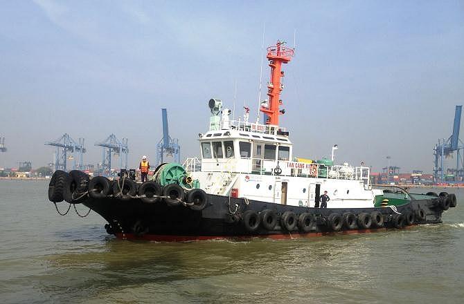 Một trong hai tàu lai dắt hệ Azimuth của Quân chủng Hải quân sẽ đảm nhận công việc quan trọng đưa tàu ngầm vào quân cảng.