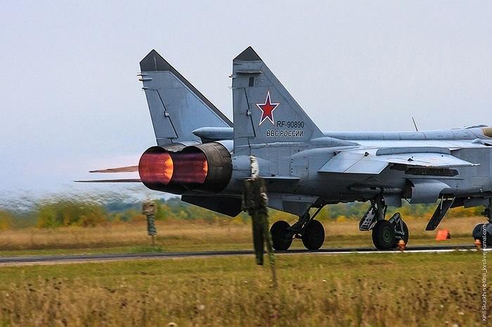 R-37 có tầm bắn từ 150 - 398km, tốc độ hành trình Mach 6, hệ dẫn đường kết hợp quán tính và radar chủ động, lắp đầu đạn nổ phân mảnh 60kg