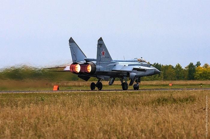 MiG-31BM mang tên lửa đối không tầm ngắn - tầm trung tiên tiến hơn như R-73 và R-77