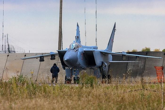 Trong nhiệm vụ không đối đất, MiG-31BM tấn công tiêu diệt mục tiêu bằng tên lửa đối đất Kh-29 hoặc tên lửa hành trình đối đất tầm xa Kh-59