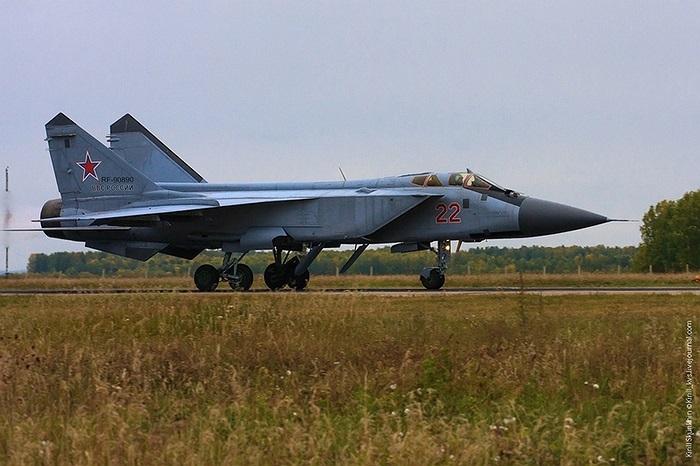 Vũ khí đối không chủ lực của MiG-31BM là tên lửa tầm xa R-37 mạnh hơn so với R-33
