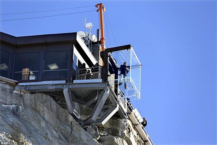 Căn phòng không đáy nhìn từ vách núi bên dưới