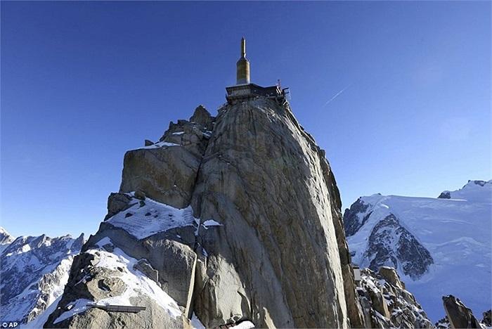 Đứng cheo leo trên độ cao 4km so với mặt đất bên dưới của dãy Apls