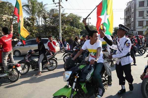 CĐV Myanmar lại làm loạn