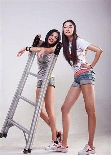Trong khi người chị Khổng Yến Tùng sở hữu chiều cao lý tưởng 1,75m với đôi chân lên tới 1,17m thì người em cũng không hề kém cạnh khi đứng cùng chị.