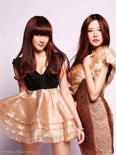 Khổng Yến Tùng (trái) và em gái Khổng Dao Trúc đọ sắc nhau trong bộ ảnh đầy quyến rũ