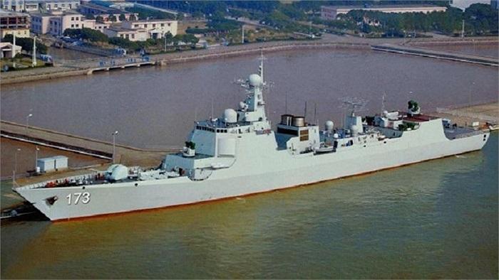 Ngoài hệ thống phóng thẳng đứng, Type 052D sẽ trang bị pháo hạm 130mm ở trước boong tàu có tầm bắn gần 30km và tổ hợp pháo phòng không cao tốc Type 730 nằm sau hệ thống phóng thẳng đứng