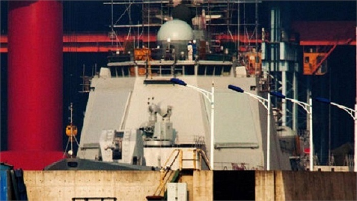 Khung anten radar mạng pha điện tử chủ động (AESA) đặt ở trên tháp chỉ huy – bố trí giống với tàu chiến trang bị hệ thống Aegis của Mỹ