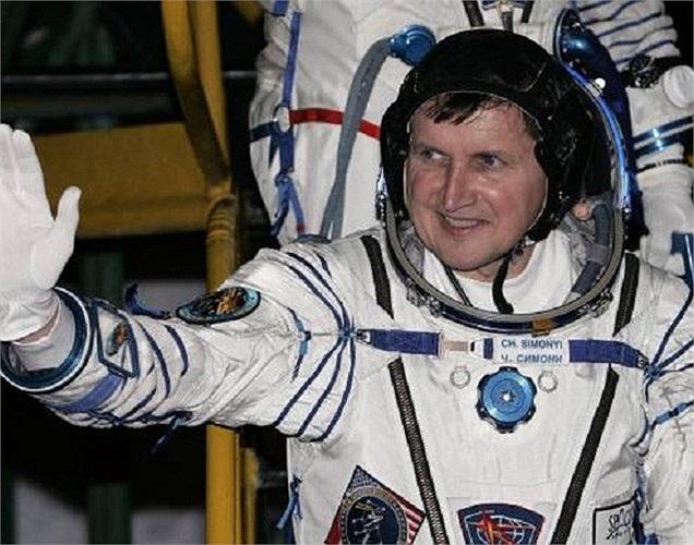 Lọt vào danh sách tỷ phú từ năm 2007, Charles Simonyi đã quyết định chi đến 40 triệu USD để đi du lịch ra ngoài vũ trụ. Ông gọi đây là 1 cách hưởng thụ 'nhỏ nhoi' sau khi đã tiêu quá nhiều vào từ thiện.