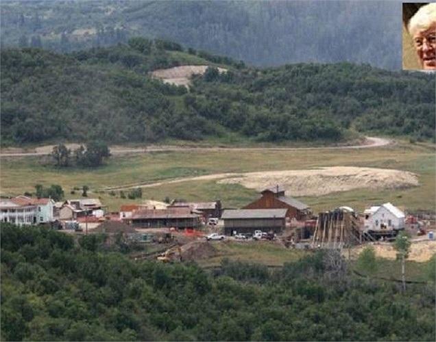 Đam mê miền tây hoang dã từ nhỏ, Bill Koch đã chi 4 triệu USD mua mảnh đất 6.400 mẫu Anh để xây dựng 1 thành phố riêng cho mình tại bang Colorado. Thành phố có đầy đủ nhà thờ, nhà tù, 50 ngôi biệt thự và nhiều chi tiết khác.
