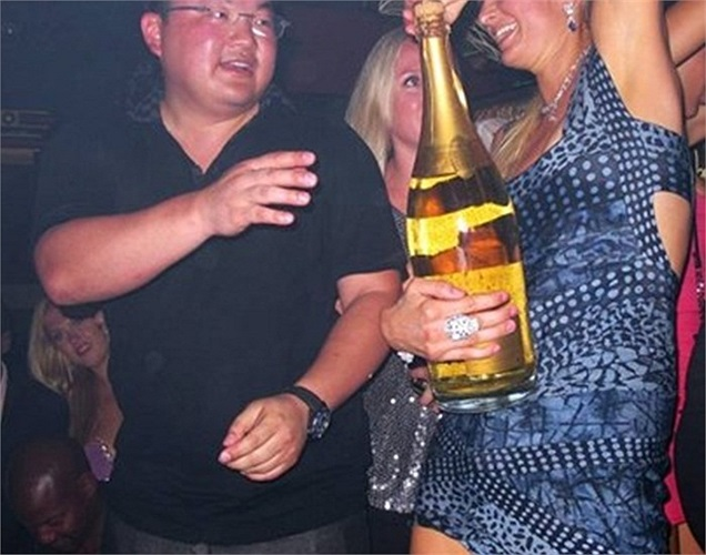Tỷ phú Malaysia Zhen Low đã gặp Winston Fisher, huyền thoại bất động sản New York, tại 1 hộp đêm ở Pháp để thi nhau xem ai uống được nhiều champagne nhất và Zhen đã chiến thắng. Tuy nhiên sau đó ông đã phải chi 2.6 triệụ USD để trả tiền rượu và những thiệt hại của quán do 2 người gây ra