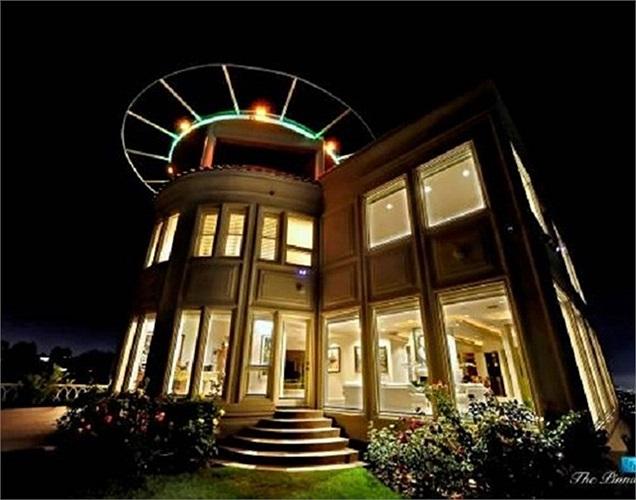 Al Corbi đã quyết định xây 1 'lâu đài' riêng cho mỗi kỳ nghỉ của mình. Tòa nhà tốn đến 100 triệu USD cho vật liệu xây dựng chịu được động đất, thiên tai, chống đạn và hệ thống nhận diện quét sinh học. Ông cho biết không có định làm ầm ĩ mà chỉ tạo ra nơi nghỉ dưỡng an toàn cho cả gia đình