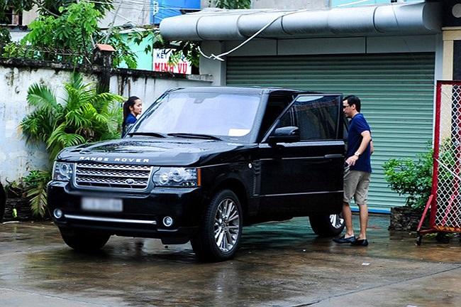 Hà Tăng được chồng tháp tùng bằng chiếc Range Rover có giá khoảng 4 tỷ,