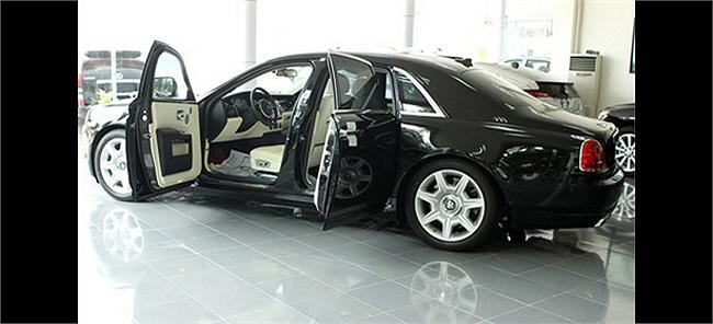 Chia sẻ về những chiếc xế sang trong nhà mình, doanh nhân Thủy Tiên – mẹ chồng Hà Tăng – tự hào: 'Chồng tôi có sở thích sưu tập xe hơi'. Đó là 3 xe Rolls-Royce phiên bản khác nhau, một chiếc Bentley và thêm một chiếc thuộc dòng SUV hạng sang.