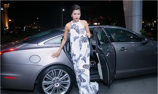Trong một sự kiện thời trang, Tăng Thanh Hà dùng lại xe cũ. Đó là chiếc Jaguar XJL mà cô không ít lần tự mình sử dụng khi đi cà phê với bạn bè hay gặp gỡ đối tác…