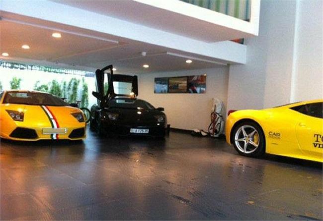 2 chiếc Lamborghini Murcielago và Ferrari 458 italia màu vàng, trong gara của Cường Đô La.