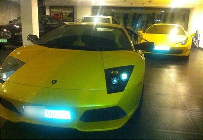 Lamborghini Murcielago màu vàng và đằng sau là Ferrari 458 italia màu vàng, Jaguar XJL của vợ, Rolls-Royce Ghost của Cường Đô La dùng khi cả gia đình lướt phố.