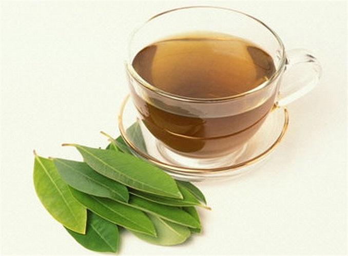 Trà xanh làm dịu vùng da dị ứng, nổi mề đay, bị sưng do ong đốt. Chất cafein trong trà giúp co mạch máu và làm giảm sưng.
