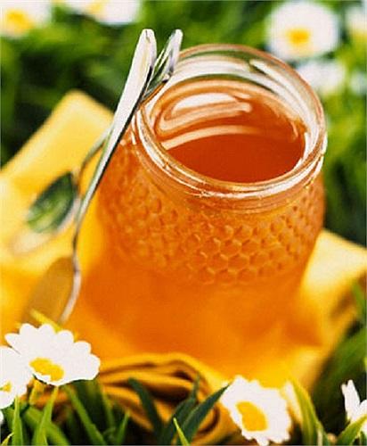 Sử dụng mật ong trước khi đi ngủ sẽ kích thích não bộ sản sinh axitamin Tryptophan - một trong hai axitamin chính thúc đẩy quá trình thư giãn, mang lại giấc ngủ ngon.