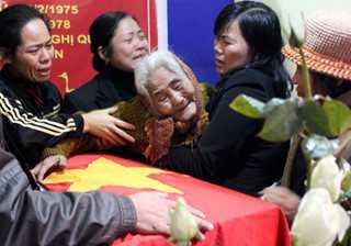 Bà Chu khóc ngất khi đón hài cốt con trai trở về