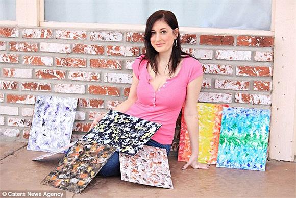 Marcey Hawk, sống tại California không chỉ tự hào vì bộ ngực có kích thước 'khủng' mà còn vì nó là công cụ giúp cô sáng tạo nghệ thuật.Cô họa sĩ đặc biệt này đã sử dụng ngực trần để vẽ nên những tác phẩm nghệ thuật vô cùng độc đáo.