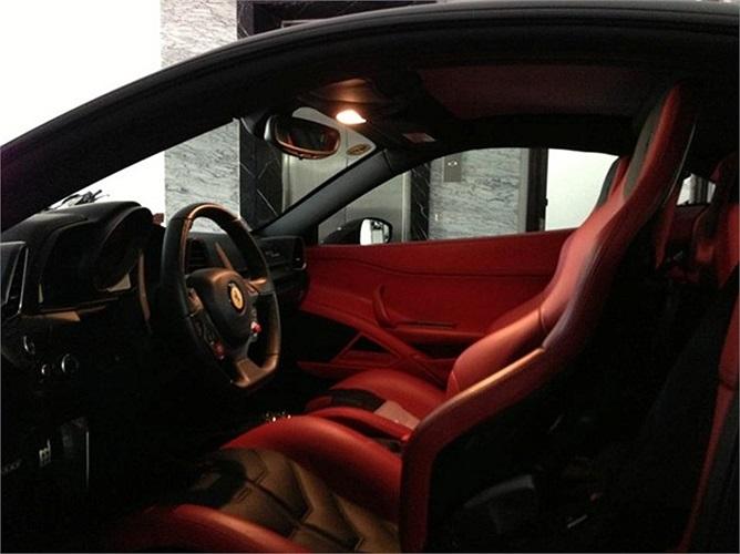 Nội thất với hai tông màu đỏ đen của chiếc siêu xe Ferrari 458 Italia mà anh sở hữu.