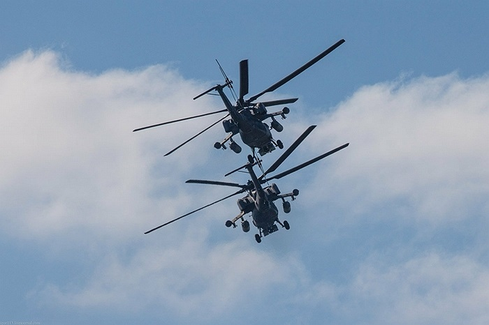 Buồng lái trực thăng có 2 chỗ ngồi cho phi công điều khiển máy bay và phi công điều khiển vũ khí
