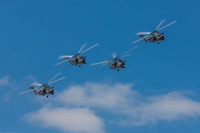 Mi-28N thường được sánh với trực thăng tấn công Apache của Mỹ. Tuy nhiên, Mi-28N mang được nhiều vũ khí hơn Apache, song lại có các hệ thống điện tử kém hiện đại hơn