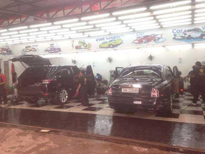 Phantom rồng được bảo dưỡng cùng một chiếc Range Rover.