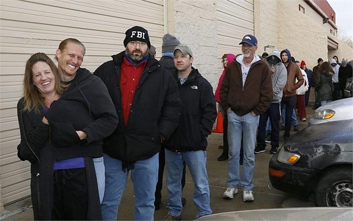 Khách hàng đứng đợi mua cần sa trong thời tiết lạnh giá ở Colorado