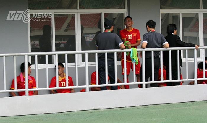 Kết thúc hiệp 1, U23 Việt Nam tạm dẫn trước 3-0, rời sân, thầy trò HLV Hoàng Văn Phúc chọn nghỉ ngoài hành lang.