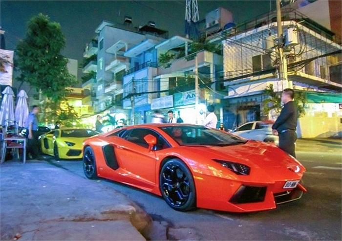 Dàn siêu xe đình đám tại Sài Gòn đến tham dự buổi lễ sinh nhật của Phạm Trần Nhật Minh (Minh 'nhựa'), người được cho là đang sở hữu những siêu xe đắt giá Lamborghini Aventador và Bugatti Veyron.