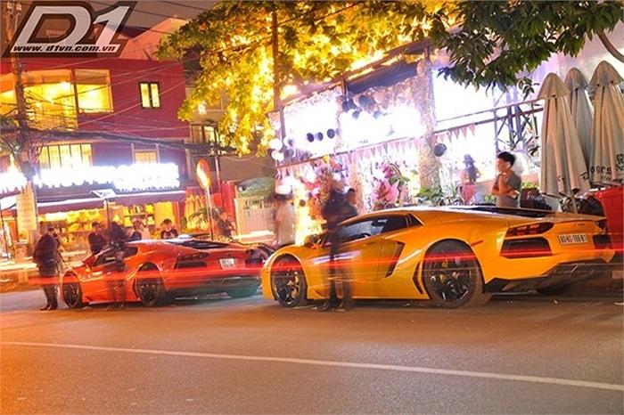 Trong số những siêu xe đến tham dự buổi lễ này, có thể kể đến những cái tên đình đám khác như siêu xe Lamborghini Aventador màu vàng, siêu xe Ferrari 458 Italia...Tuy nhiên, dàn xe này không có sự xuất hiện của siêu xe Bugatti Veyron màu đỏ trắng.