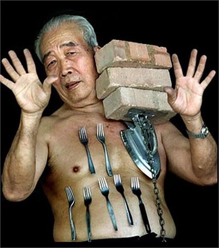 Liew Thow Lin (70 tuổi) đến từ Malaysia. Cơ thể ông có khả năng hút kim loại rất chặt.