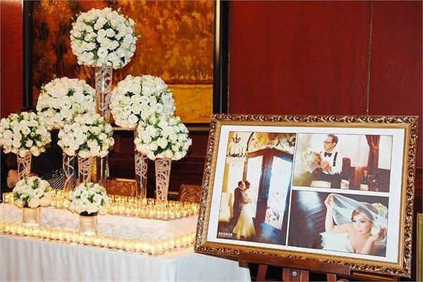 Minh Tuyết tổ chức đám cưới tại Park Hyatt - một trong những khách sạn 5 sao sang trọng nhất Sài Gòn. Toàn bộ không gian hôn lễ được trang trí bởi hai màu trắng và nâu giản dị nhưng sang trọng