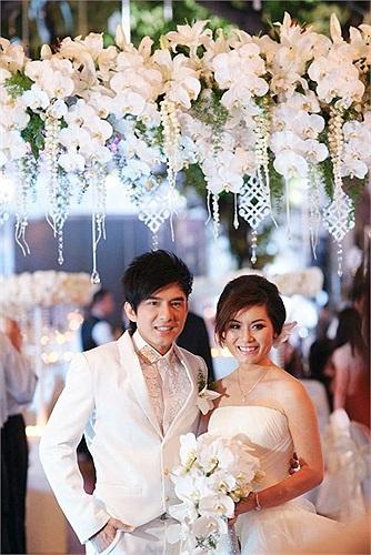 Đan Trường từng bật mí, đám cưới ở Mỹ này tiêu tốn của vợ chồng anh khoảng 145 ngàn đôla, tương đương với 3 tỷ. Con số này còn chưa kể chi phí cho trang phục cưới của cô dâu và chú rể.