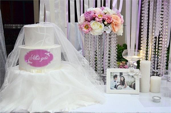 Sảnh đón khách của khách sạn được Đăng Khôi trang trí bằng nến và hoa theo tông màu trắng - tím rất ngọt ngào. Thùng được quà mừng của quan khách được cách điệu thành chiếc bánh gato nhiều tầng rất dễ thương.