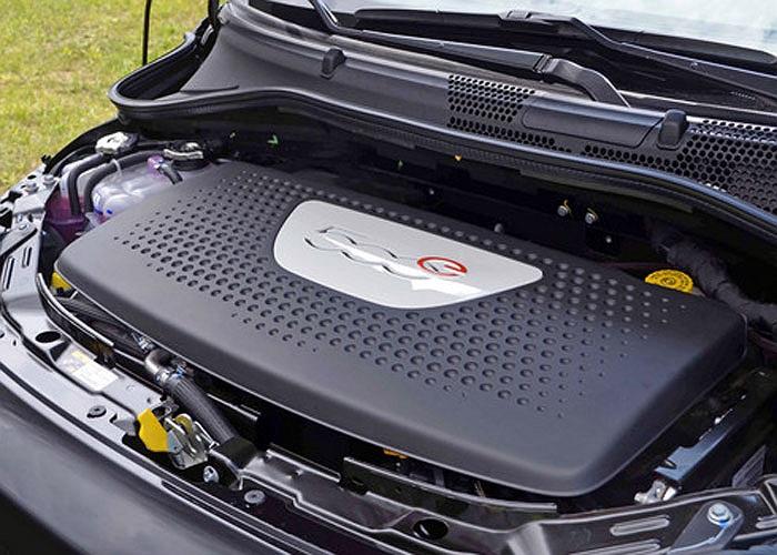Động cơ điện trên dòng Fiat 500e có thể đạt công suất 101 mã lực  và mô men xoắn 149 lb-ft từ vị trí xuất phát.
