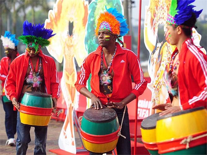 Vũ công đánh trống trong bộ trang phục Samba rực lửa