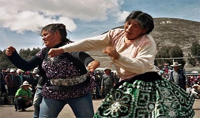 Tại Peru, ngày 25/12 hàng năm người dân tổ chức 'lễ hội đánh nhau' mang tình hữu nghị để chào năm mới giải quyết hiềm khích cá nhân trong cộng đồng bằng đấu tay đôi dưới sự giám sát của cảnh sát. Phụ nữ thì ném đá vào nhau.