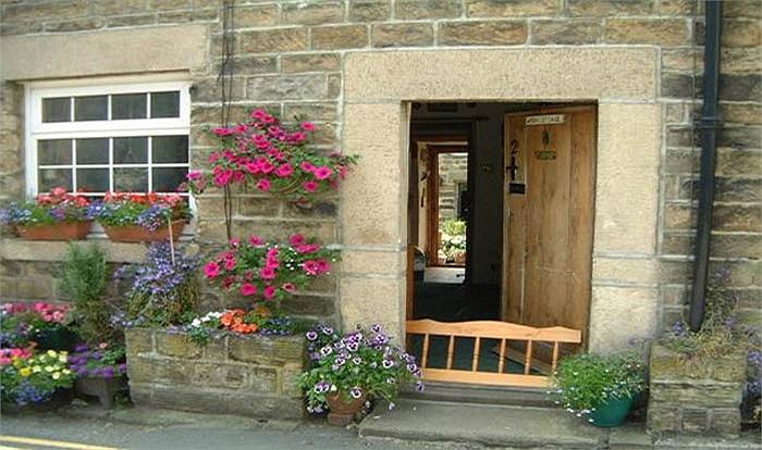Ở Scotland, người đầu tiên bước qua ngưỡng cửa nhà trong ngày đầu năm phải mang theo một món quà may mắn mừng chủ nhà.