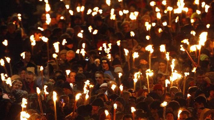 Lễ hội Hogmanay ở Scotland chào năm mới diễn ra đêm giao thừa. Cánh đàn ông sẽ diễu hành cùng các quả cầu lửa qua các con phố. Họ tin cầu lửa sẽ đem tới sự trong sạch và ánh sáng.