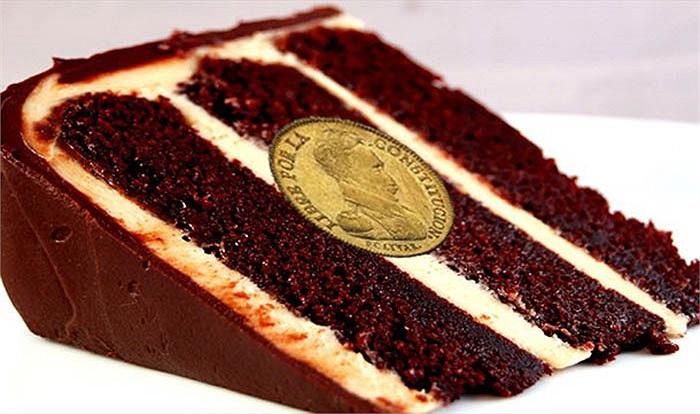 Ở Bolivia, đồng tiên xu được giấu trong bánh ngọt và bất cứ ai tìm thấy chúng đều có may mắn vào năm mới.