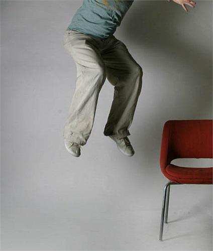Trèo lên đầu chiếc ghế rồi nhảy xuống là cách có được nhiều may mắn trong năm mới của người Đan Mạch